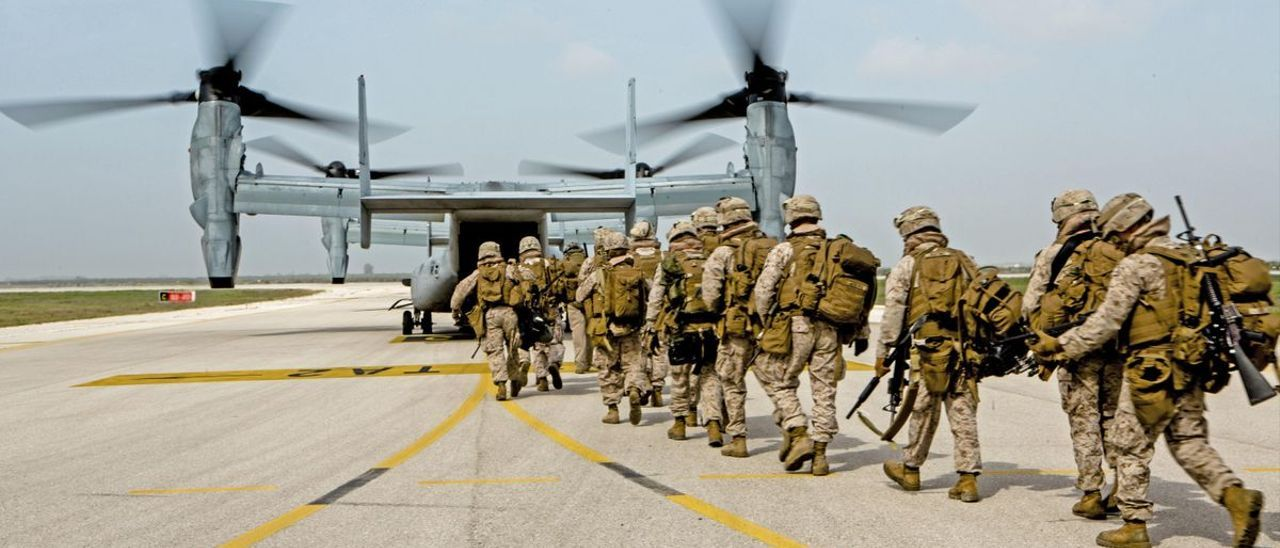 Un grupo de marines embarca en un V22 Osprey en Morón (Sevilla) para un ejercicio.