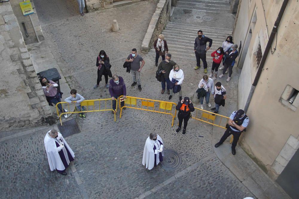 Girona viu el Divendres Sant amb l'acte de la Veneració de la Creu