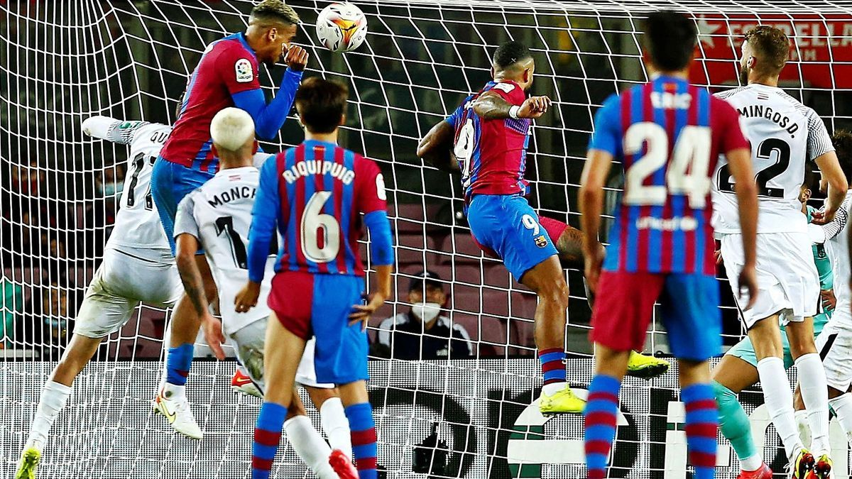 Araújo s'avança a Quini i Monchu per rematar de cap i empatar el partit a l'últim minut
