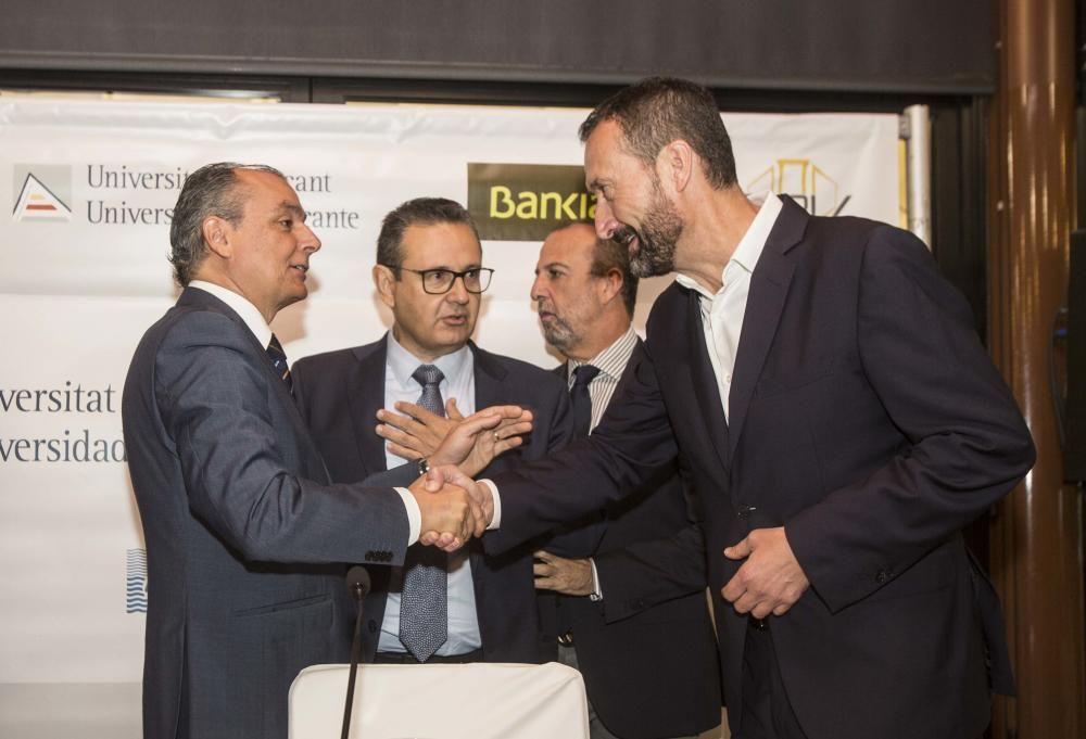 El presidente de la CEV, Salvador Navarro; el dirigente de Uepal, Juan José Sellés; el presidente de CEV Alicante, Perfecto Palacio, y el alcalde de Elche, Carlos González, antes de comenzar el acto.