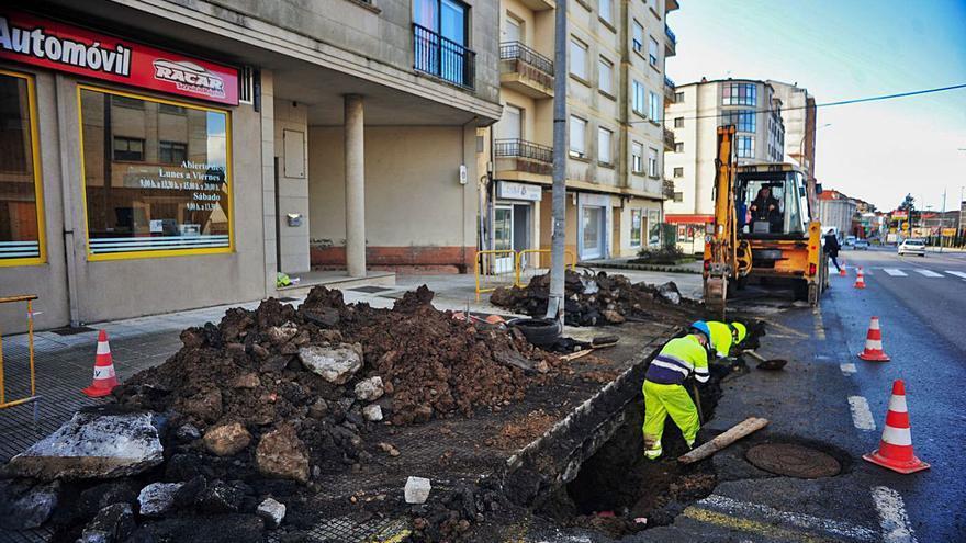 La rotura del colector principal de agua deja sin servicio al área sur de Vilagarcía