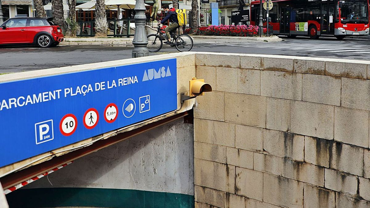 El aparcamiento de la plaza de la Reina, ayer, pasará a ser gestionado por la EMT. | M.A.MONTESINOS