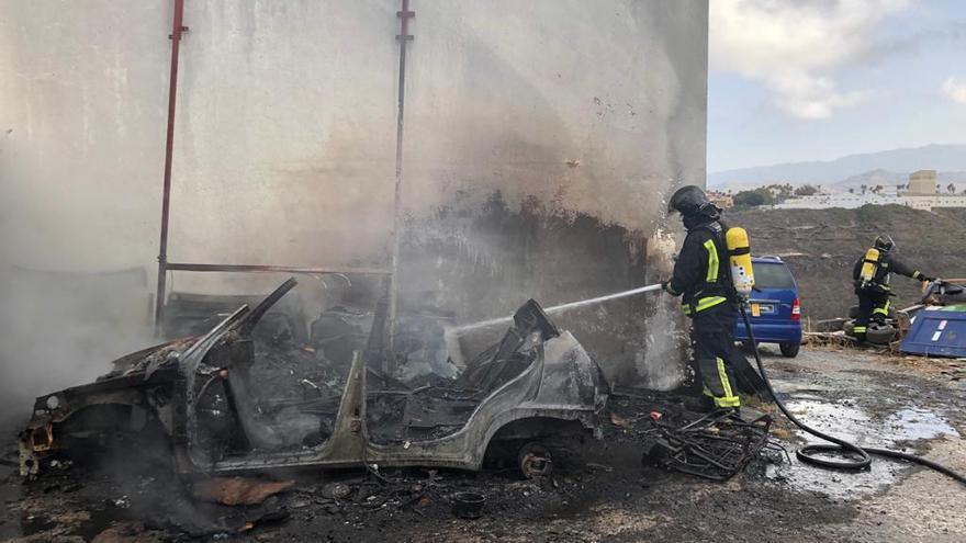 Un coche se incendia en un taller al aire libre en El Cardón