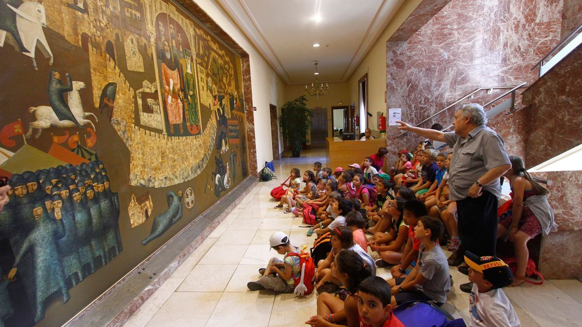 Antonio Pedrero explica a un grupo de niños su mural, antes de la pandemia.