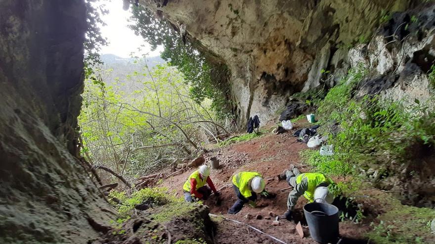 Hallan en una cueva de Grado el mayor tesoro de piezas romanas de España