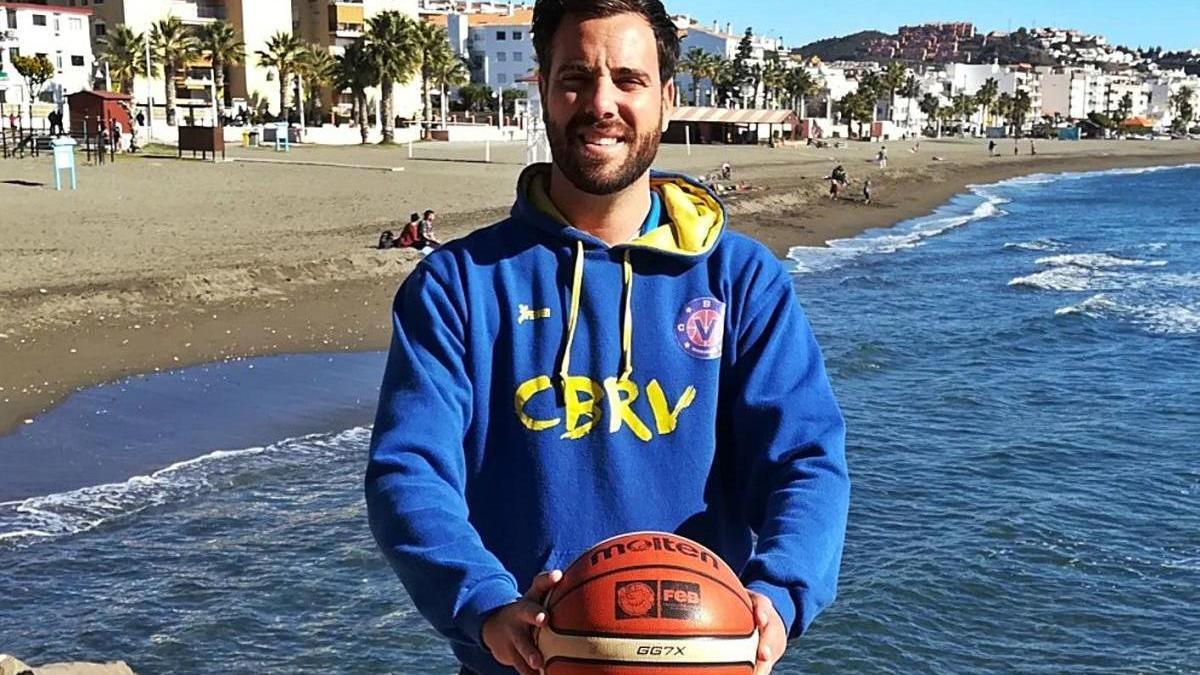 Víctor Aspizua posa para La Opinión de Málaga en el paseo marítimo de Rincón de la Victoria.