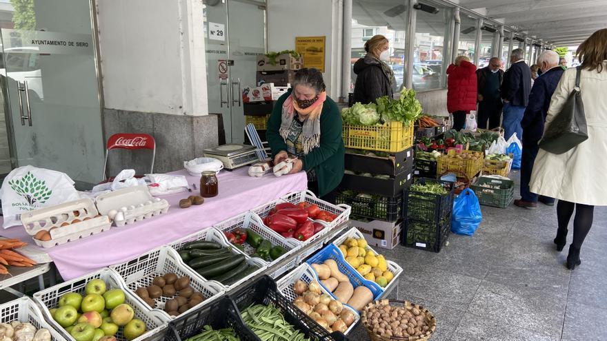 A los vendedores del mercado de La Pola no se les pasa el enfado y reclaman volver a su ubicación habitual