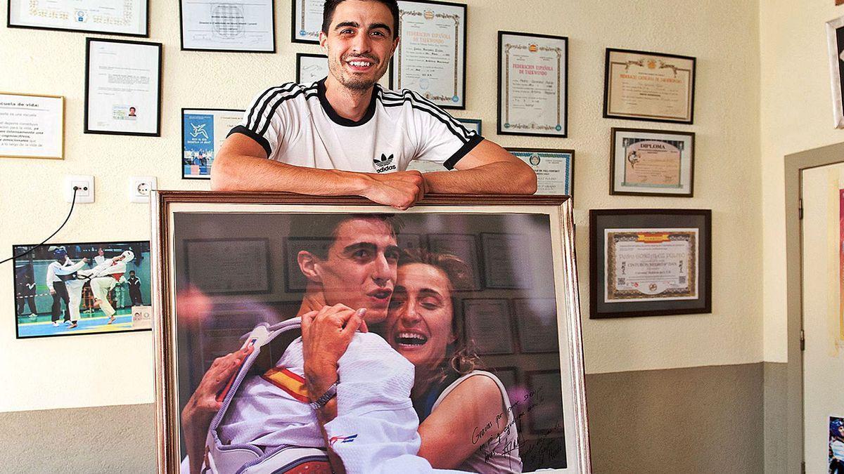 Joel González, a la seva casa de Vilafant, amb un retrat històric, abraçat amb la seva mare després del primer Mundial (2009).