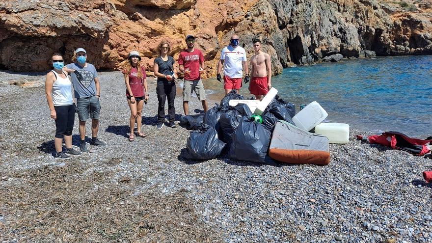 Decenas de voluntarios celebran el Día Internacional de Cruz Roja recogiendo residuos en las playas de Cabo de Palos