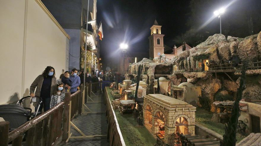 """Inauguración del belén municipal """"monumental"""" y el árbol de Navidad donado por la comunidad nórdica de Torrevieja en la plaza de la Constitución"""