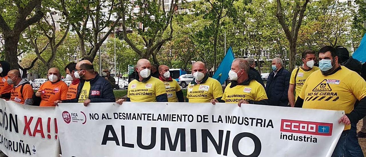 Los representantes sindicales de Avilés y La Coruña, ayer, delante de la sede del Ministerio de Industria.