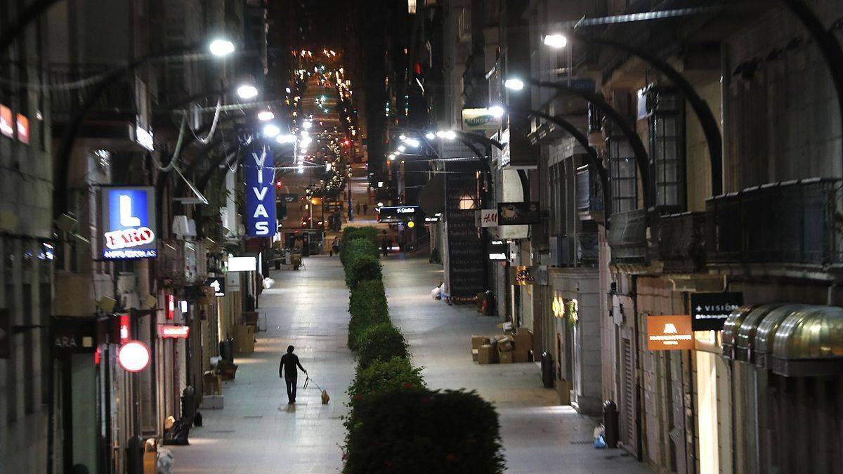 La calle de Príncipe, en Vigo, prácticamente vacía antes del toque de queda.
