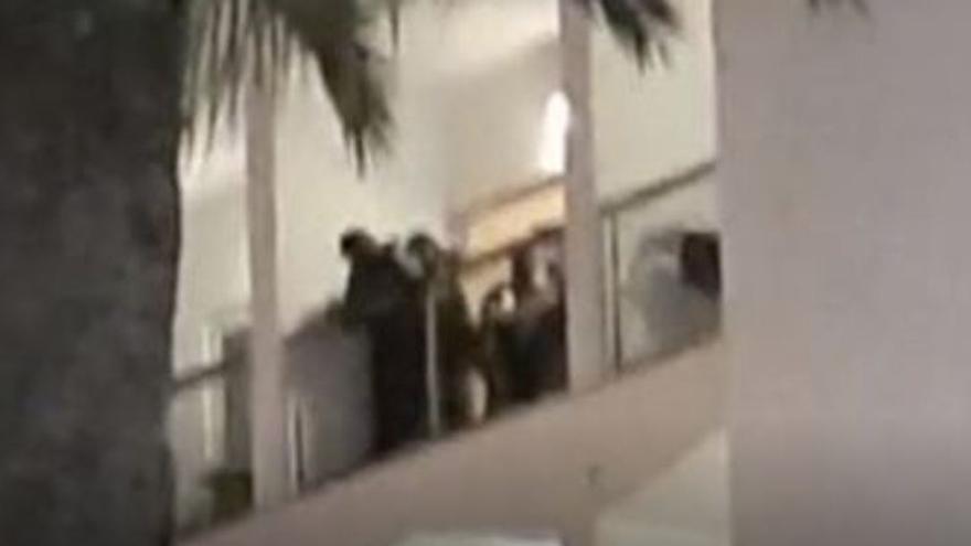 Un hombre intenta tirar a dos policías por un balcón en un hotel en Mallorca