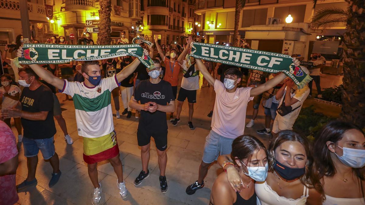 Aficionados del Elche con bufandas durante el play-off de ascenso de la temporada pasada