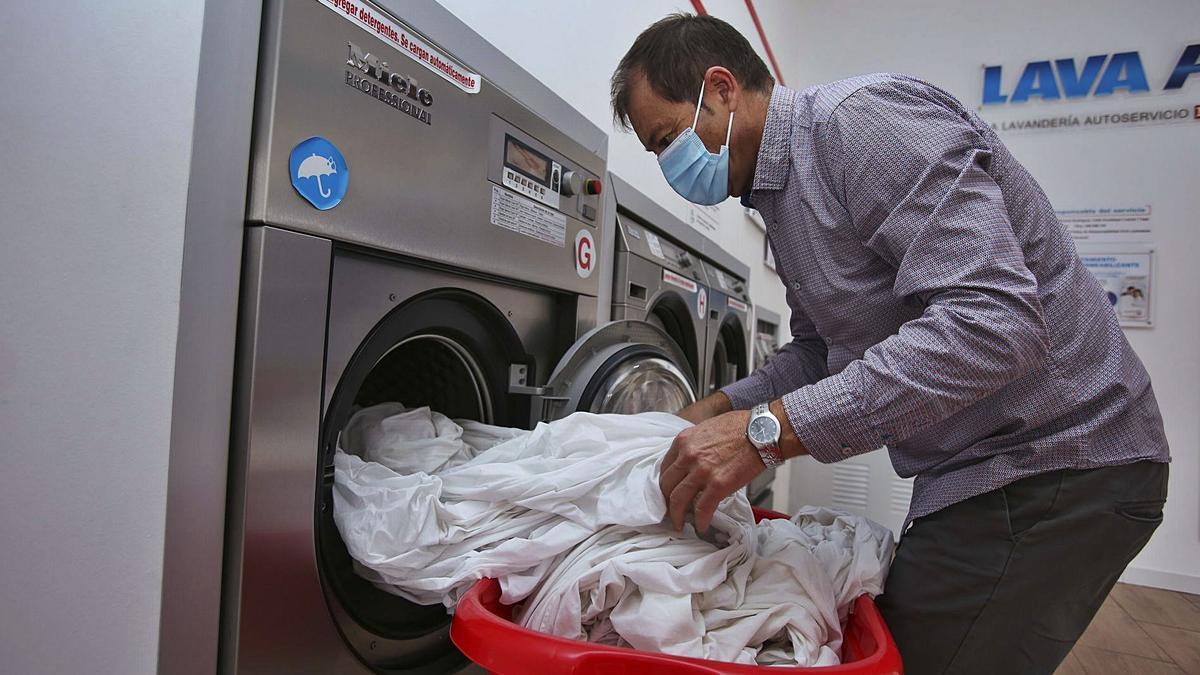 Un hombre hace una colada de sábanas en una lavandería de la capital de la provincia. | MANUEL R. SALA