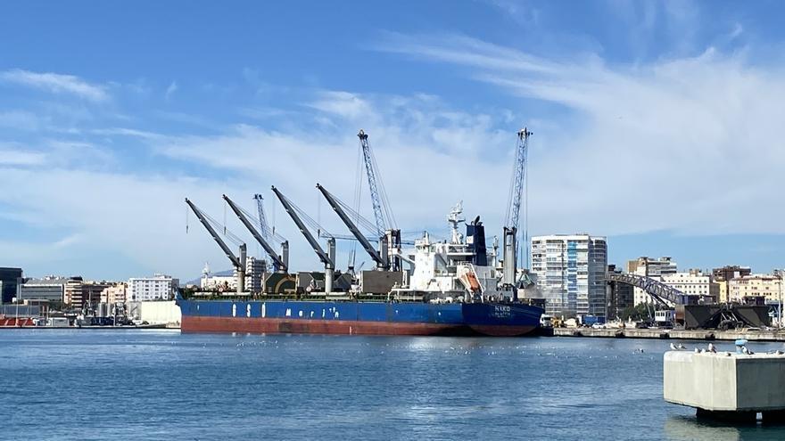 El Puerto de Málaga realiza esta semana la mayor operativa de tráfico agroalimentario del año