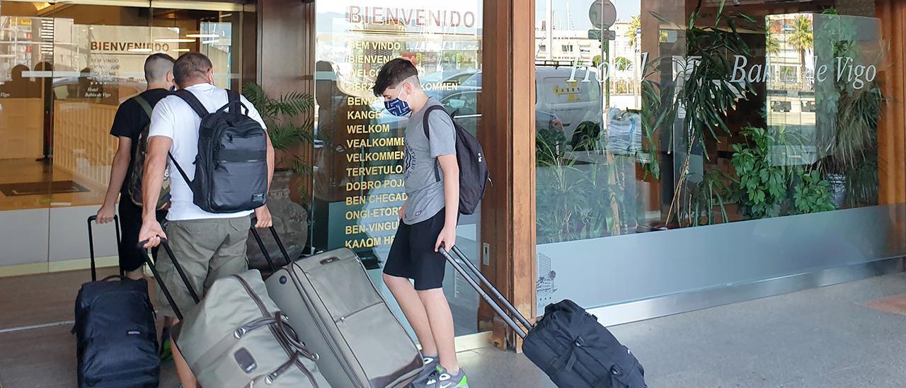 Un grupo de turistas entra en un hotel de Vigo el pasado verano