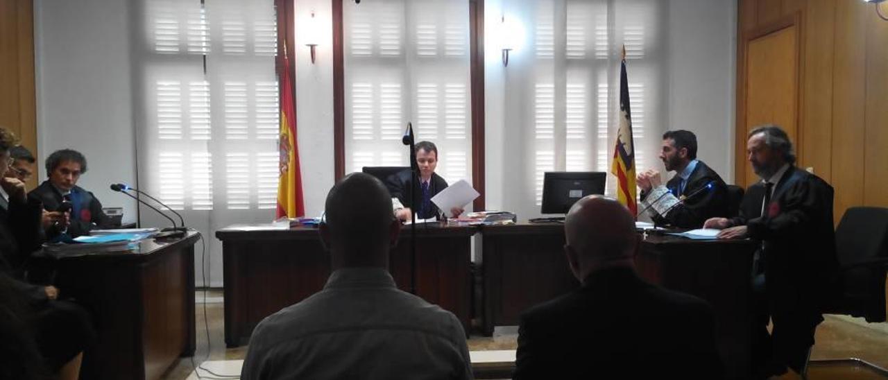 Los condenados, ayer durante la vista celebrada en un juzgado de lo penal de Palma.