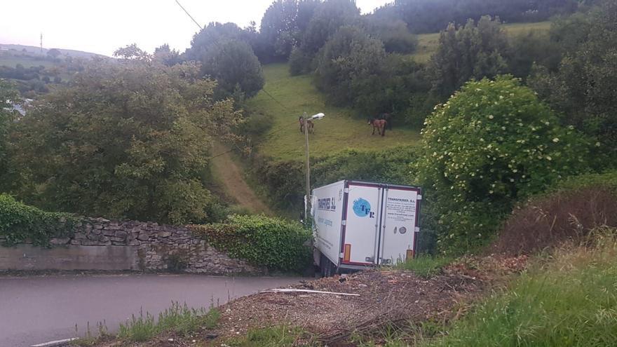 Las ratoneras del GPS: dos camiones atrapados en una semana en el camino rural de Sotiello al polígono de Somonte
