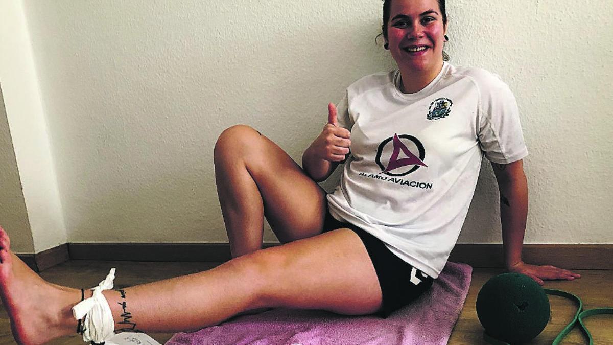 Alba Noriega. jugadora del Balonmano Salud Tenerife, se rehabilita  en su casa.