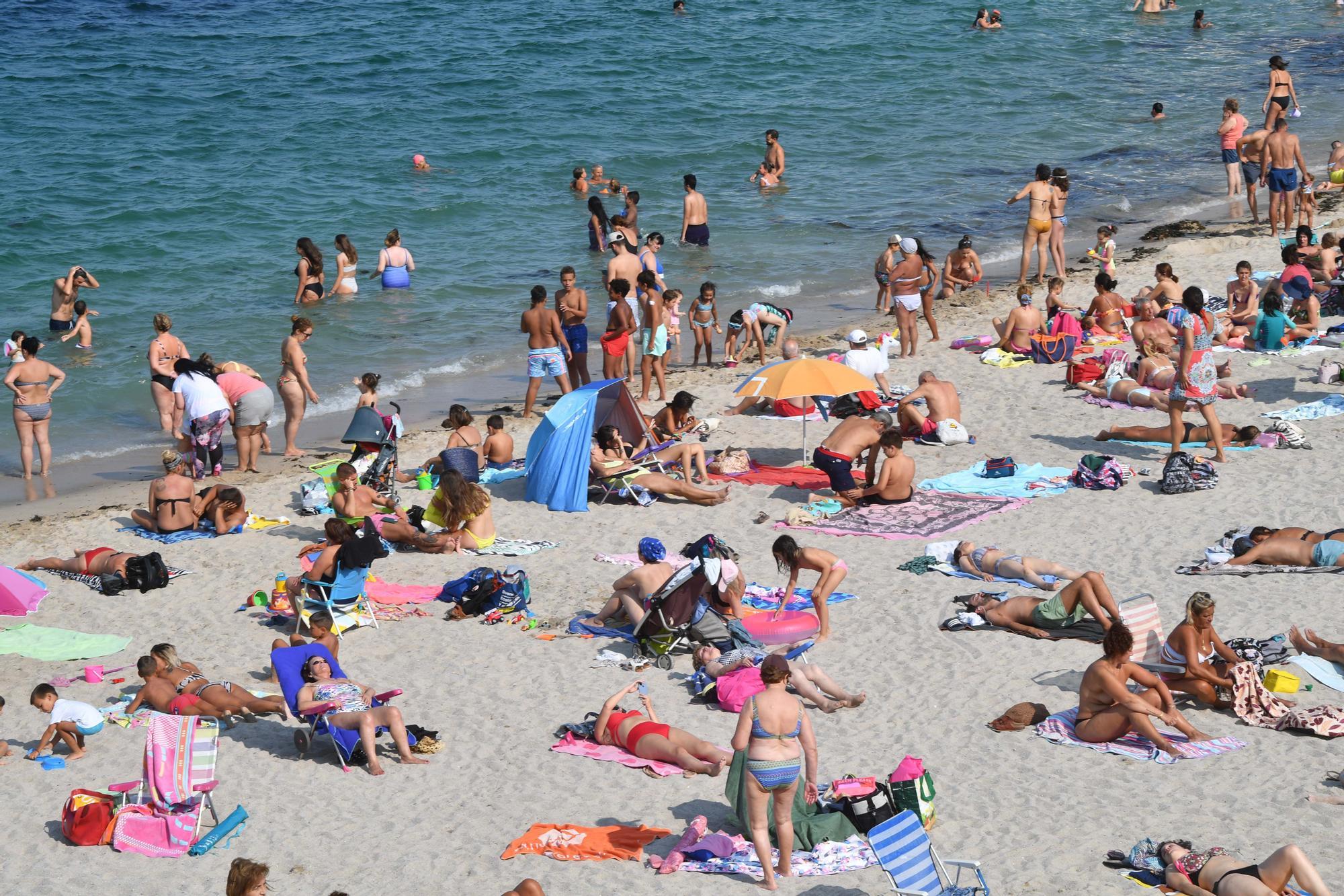 Las playas de A Coruña, abarrotadas con las mareas vivas