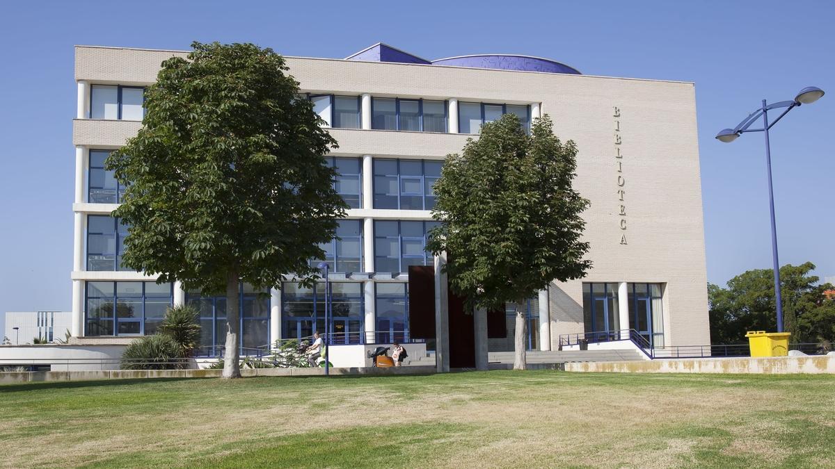 La UJI está dotada con un campus único, moderno, atractivo y accesible; clases no masificadas y con las últimas innovaciones en TIC,  Aula Virtual, seminarios en línea, etc.