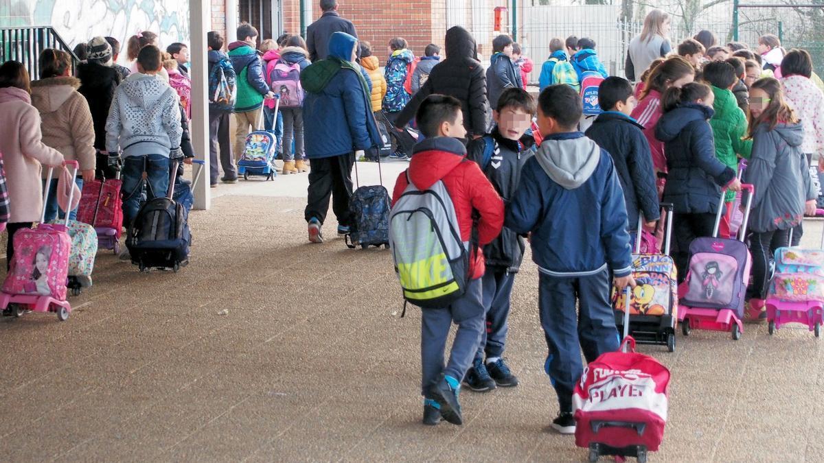 Escolares del colegio Celestino Montoto, a la entrada del centro, en una imagen de archivo