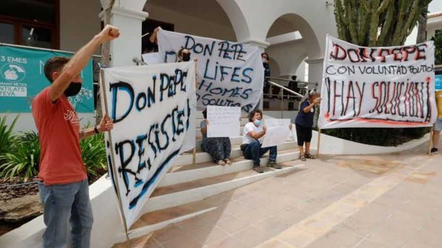 Protesta de los vecinos en Sant Josep: «Alcalde, escucha, Don Pepe está en lucha»
