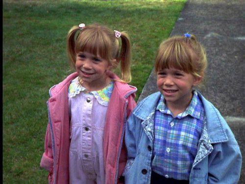 Las gemelas Olsen en 'Dos en casa de la abuela' (1992).