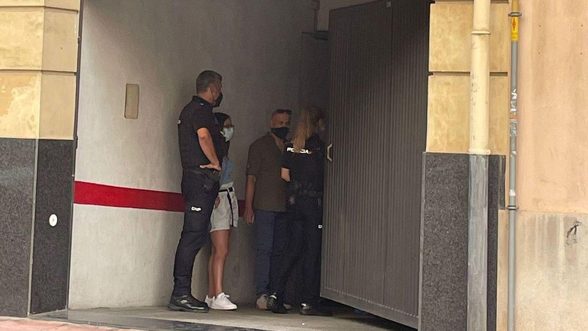 Agentes de la Policía Nacional en el interior del párking.
