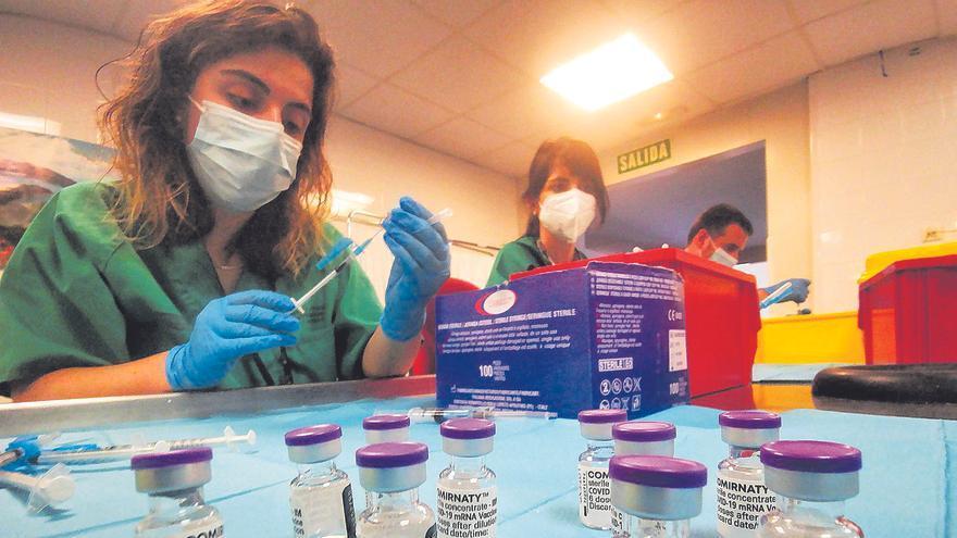 Expertos plantean poner la tercera dosis de la vacuna anticovid junto a la de la gripe