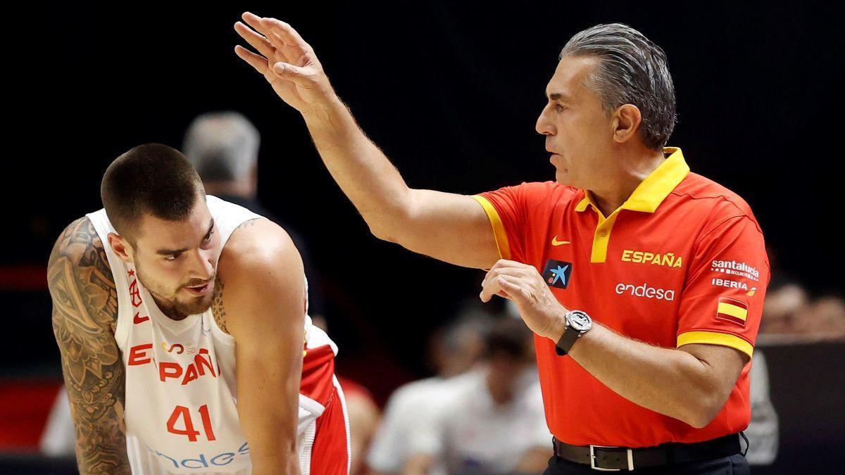 Juancho Hernangómez, con Scariolo en el primer partido de la preparación olímpica.