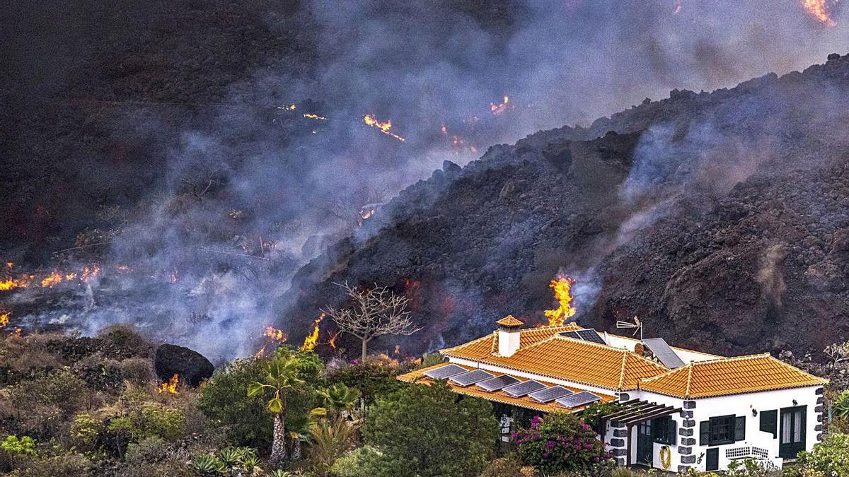 Imagen de una vivienda cercada por la lava en Palma.    // EUROPA PRESS