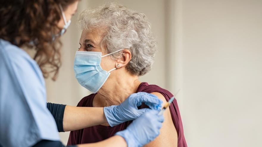 La vacunación reduce al 4% la tasa de letalidad entre los mayores de 80 años