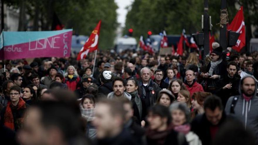 Un millar de manifestantes protestan contra Macron