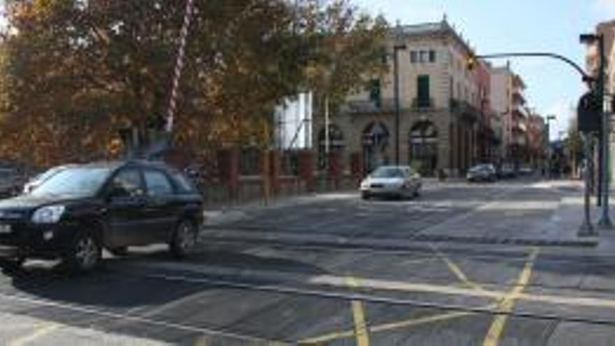 Un vehicle trenca la barrera del pas a nivell de Figueres