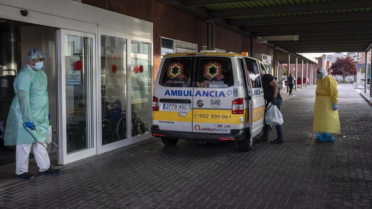 Llegada de una ambulancia al servicio de Urgencias