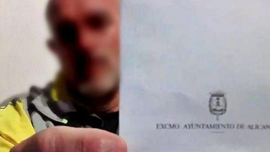 Suspès un any i set mesos de feina un policia que es nega a usar la mascareta