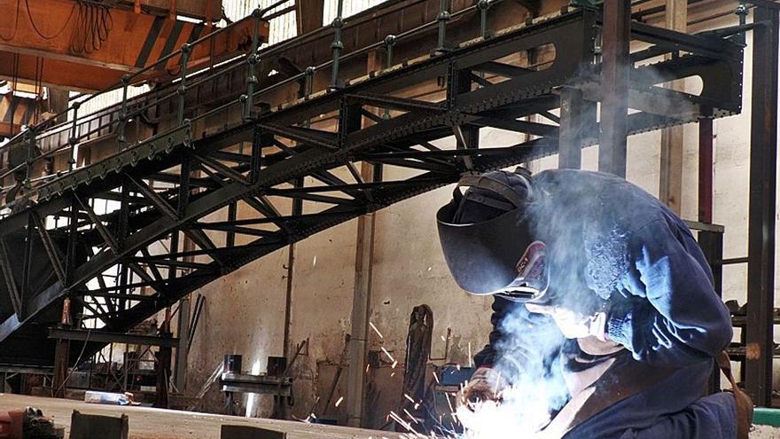 Una empresa de Carreño restaura el puente de la playa de Ondarroa