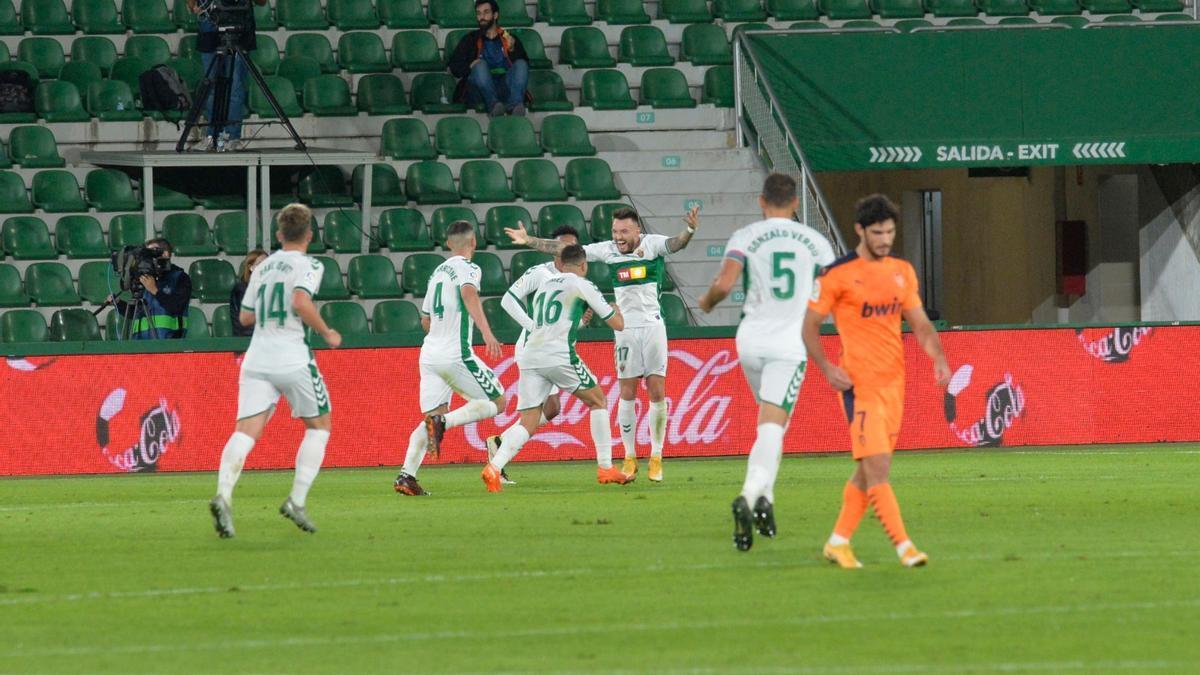 Los jugadores del Elche celebran el segundo gol, obra de Fidel
