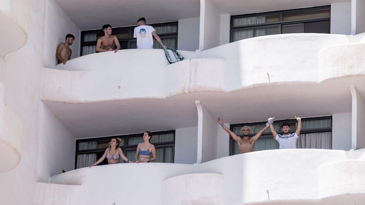 Jóvenes afectados por el macrobrote en los balcones del hotel Bellver