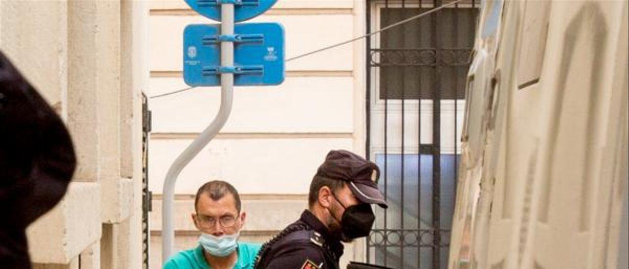 El acusado llega detenido a la Audiencia el día del juicio.