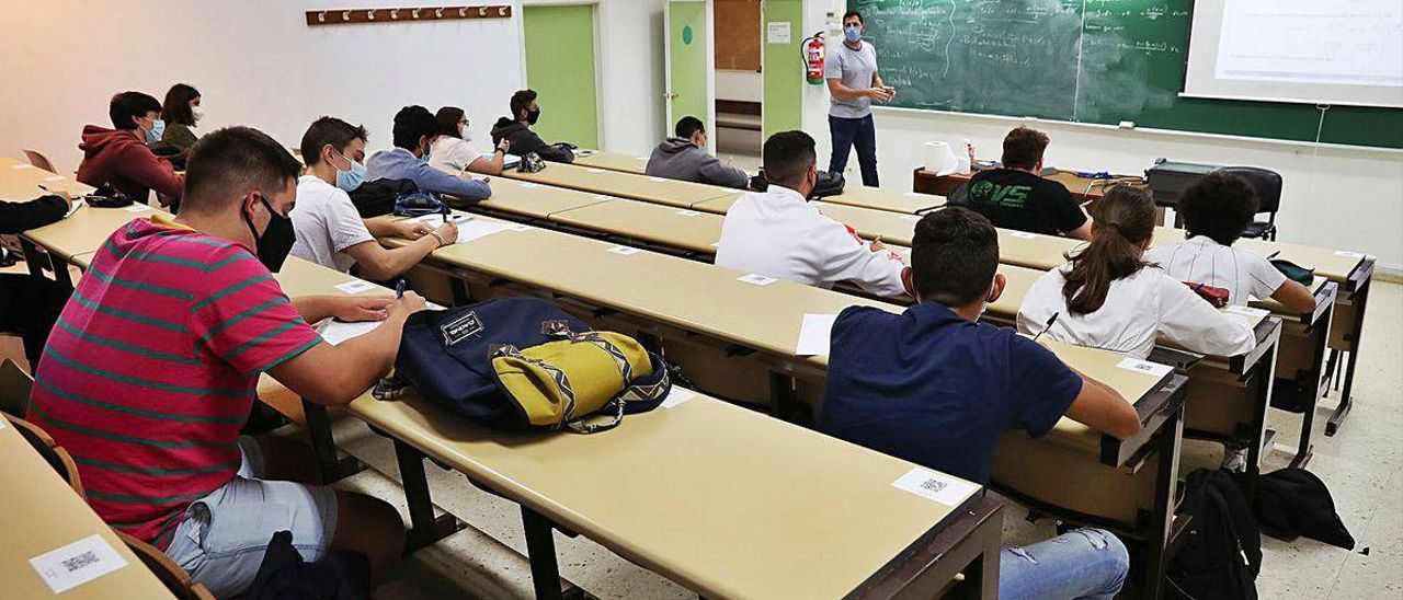 Alumnos en una facultad del campus de Vigo en el contexto de pandemia.