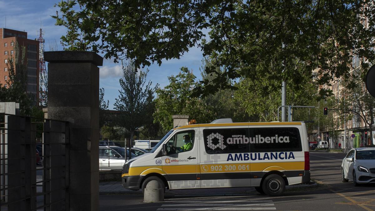 Una ambulancia junto al Hospital Virgen de la Concha de Zamora
