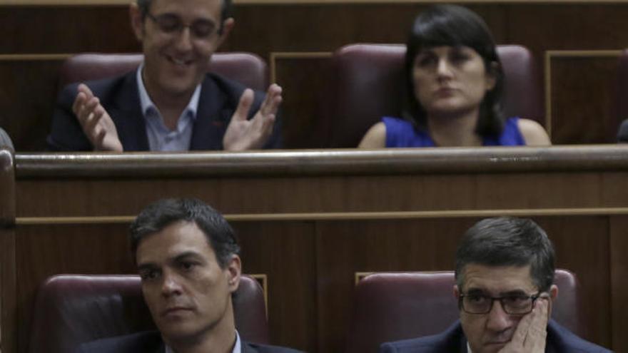 Sánchez evita aplaudir a Hernando durante su discurso