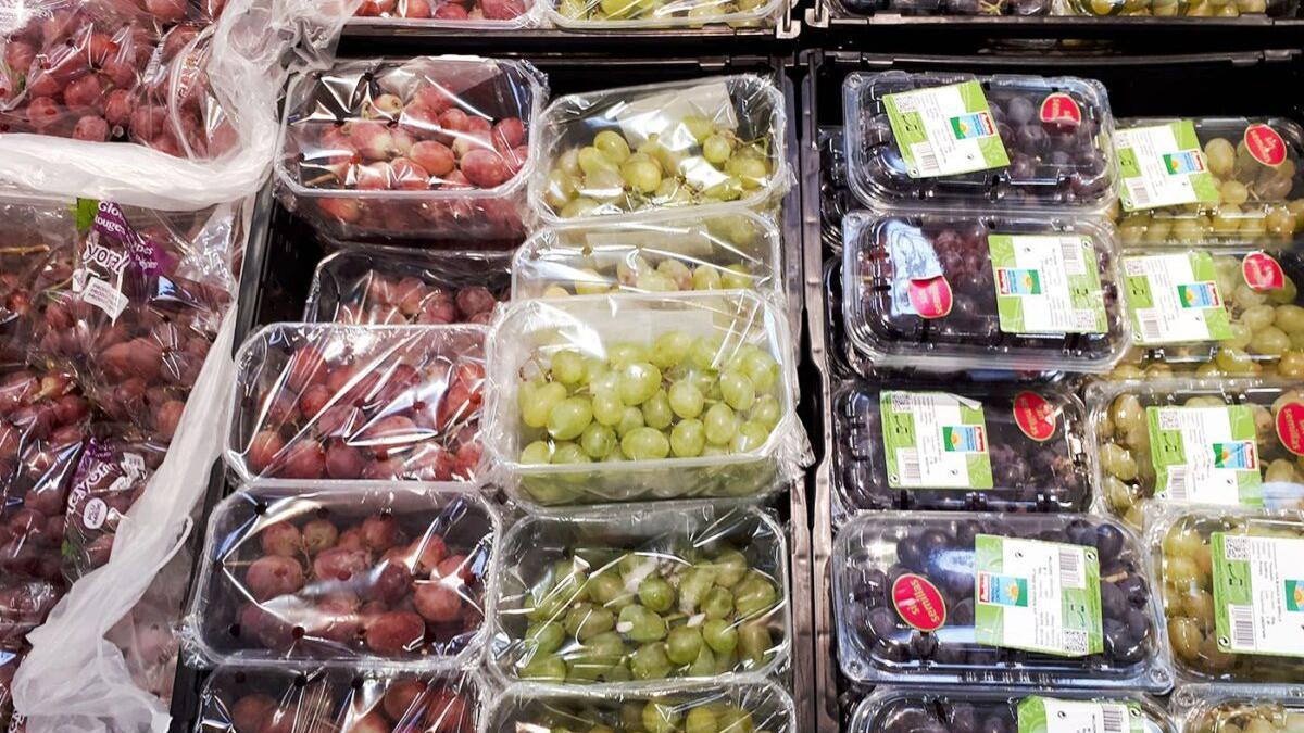 Francia prohíbe vender frutas y verduras envasadas en plástico