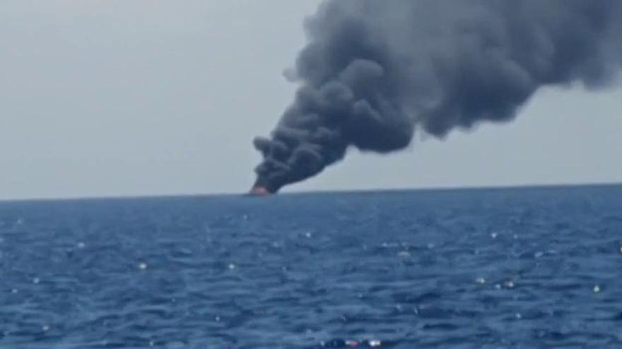 Un pavoroso incendio arrasa un yate en alta mar en Dénia