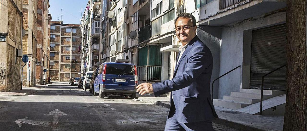 El portavoz municipal de PSOE, Francesc Sanguino, posa en Colonia Requena
