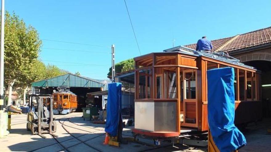 Sóller-Straßenbahn: Arbeiter schrauben an weiterem Gefährt