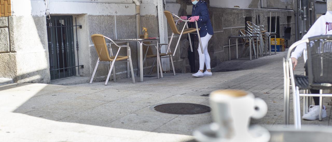 Una hostelera acondiciona una terraza en O Carballiño